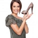 Frau mit Schuh